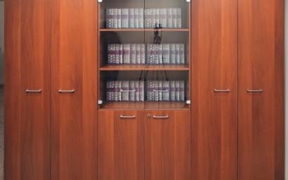 В комплект также можно включить журнальный столик, тумбу для оргтехники и массу стеллажей и шкафов.