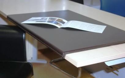 Экран стола оригинальной формы обеспечивает легкий доступ к внутреннему пространству опорной тумбы стола.