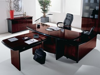 Небольшие размеры стола позволяют придать элегантный вид даже миниатюрному кабинету